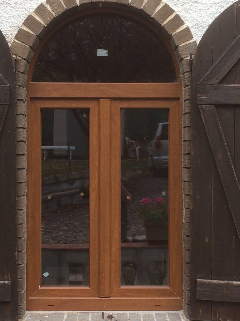 Finestra ad arco in PVC effetto legno. ICRA SL70