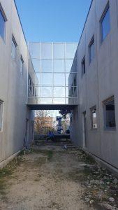 Passerella a vetro sospesa realizzata con profili in alluminio strutturale a taglio termico.