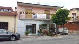 Allestimento negozio, vetrine in alluminio e facciata in alucobond