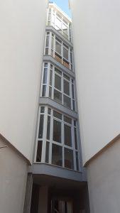 Chiusura di un vano scala con infissi in PVC