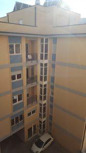 Finestre monoblocco con tapparella e facciata continua in PVC.