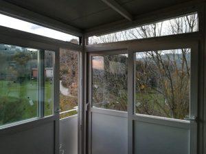 Chiusura di una veranda con scorrevoli in PVC. ICRA SL70