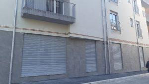Allestimento commerciale, vetrine di negozi realizzate in PVC con sistema ICRA SL70 e serrande micro