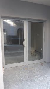 Portone di ingresso condominiale in alluminio a taglio termico con serratura elettrica. Sistema ICRA