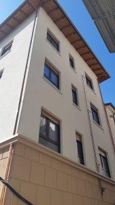 Ristrutturazione facciata con finestre in PVC con monoblocco tapparella. Sistema ICRA SL82